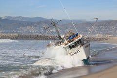 小船捕鱼抢救 库存图片