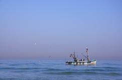 小船捕鱼早晨 免版税库存图片