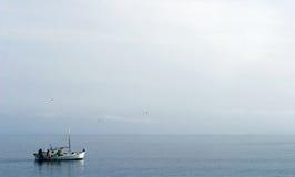 小船捕鱼航行 免版税库存照片