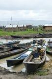 小船排队在市场inla湖 免版税图库摄影