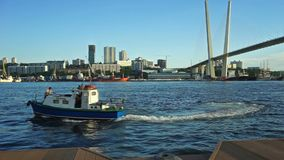 小船接近Tsarevich的堤防在金黄桥梁的背景的 股票录像
