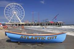 小船救生员、海滩和钢码头在大西洋城美国 免版税图库摄影