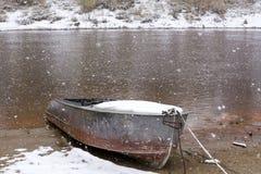 小船断开的河 第一雪在河的秋天 图库摄影