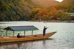 小船旅行秋天在Arashiyama,京都 免版税库存照片