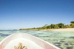 小船旅行通过斐济透明的海洋 库存照片