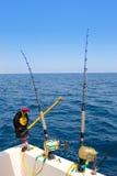 小船旋转的捕鱼装置downrigger和两把标尺 免版税库存图片