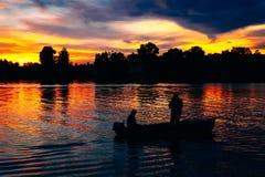 小船日出的渔夫 库存图片