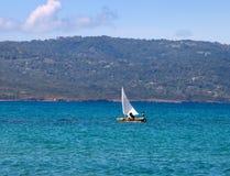 小船日希腊晴朗横向的海运 免版税库存照片