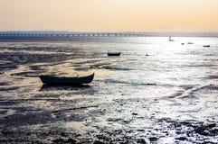 小船日落alcochete葡萄牙桥梁瓦斯科・达・伽马 免版税库存图片