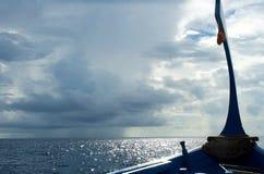 小船日maldivian海洋阴云密布 库存图片