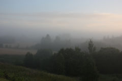2009年小船早期的有雾的湖早晨拍摄了俄国春天日出 库存图片