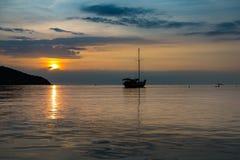 小船暮色场面在日落时间的 库存图片