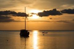小船暮色场面有多云天空的 免版税库存照片