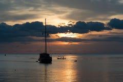 小船暮色场面有多云天空的 图库摄影