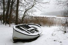 小船有雾的冬天 库存图片