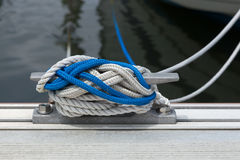 小船有绳索的领带磁夹板 库存图片