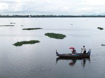小船服务在Taungthaman湖附近的旅客游览U Bein ฺBridge的 库存照片