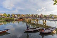 小船服务游人,会安市,越南 免版税库存照片