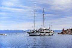 小船来到马卡尔斯卡港在一个夏日 库存图片