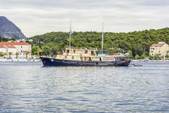 小船来到马卡尔斯卡港在一个夏日 免版税库存图片