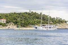 小船来到马卡尔斯卡港在一个夏日 库存照片