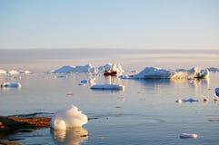 小船极性日的冰山 免版税库存图片