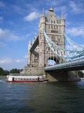 小船桥巡航伦敦游人 免版税图库摄影