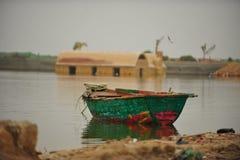 小船概念湖有薄雾的早晨本质 免版税图库摄影