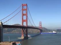 小船横穿在桥梁下 库存图片