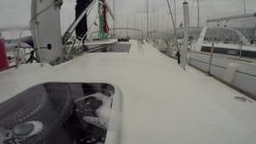 小船水手清洗的甲板有海绵的 股票视频