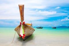 小船沿岸航行著名longtail离开泰国 库存图片