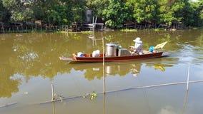 小船沿河的出售面条 库存图片