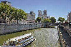 小船法国看到视域浏览的巴黎 库存照片