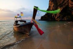 小船泰国在美丽的奇迹海滩&透明的水a中 免版税库存照片
