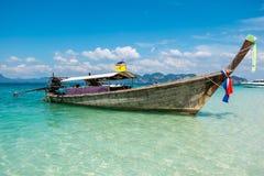 小船泰国在美丽的奇迹海滩&透明的水a中 免版税库存图片