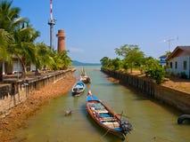 小船泰国城镇 免版税库存照片