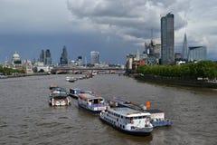 小船泰晤士河伦敦地平线摩天大楼 免版税图库摄影