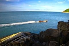 小船浮动的视图 免版税库存照片