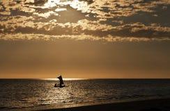 小船海上的渔独木舟剪影  马达加斯加 免版税库存照片