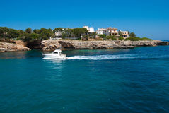 小船海岸前面岩石majorca的马达 免版税库存照片