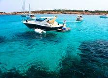 小船海岸小海湾鲜绿色petra ruja 免版税库存图片