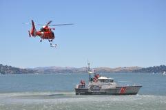 小船海岸警卫队直升机 免版税库存照片