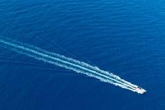 小船海浪从支柱洗涤的泡沫天线在蓝色海 库存照片