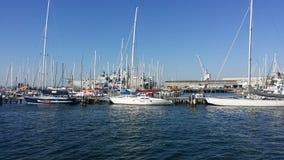小船海湾港口乘快艇bluesky的Bluewater 免版税库存图片
