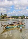 小船渔和拉扯网的渔夫 免版税库存图片