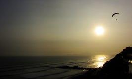 小船渔夫利马虚拟海洋秘鲁日落挥动 免版税库存照片