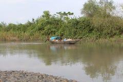 小船渔夫在小船的人渔 有害的 免版税图库摄影