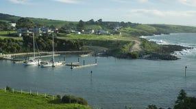 小船港口和海边镇 免版税库存图片