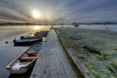 小船港口在冷的秋天早晨 库存图片
