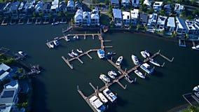 小船港口游艇俱乐部RiverLinks在Coomera河早晨视图希望海岛,英属黄金海岸旁边的庄园运河 免版税库存照片